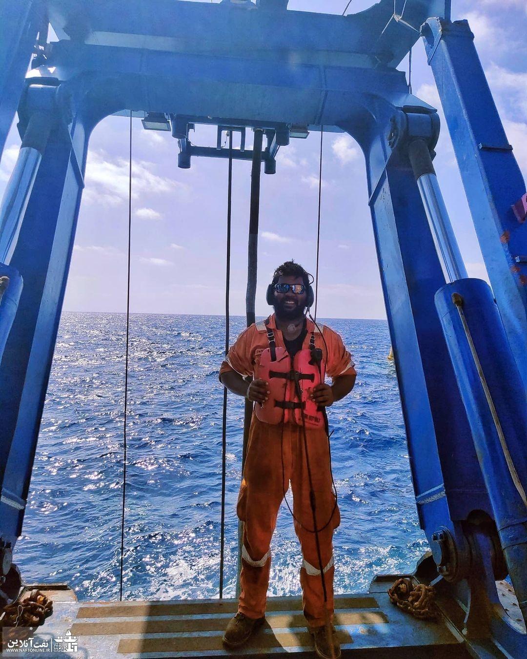 کارکنان نفت در دریا   نفت آنلاین