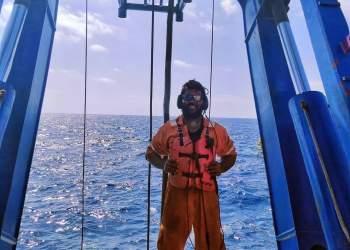 کارکنان نفت در دریا | نفت آنلاین